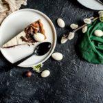 Wielkanocna tradycja z twistem: Sernik podwójnie chałwowy, Tarta z sezamową nutą oraz Mazurek chałwowy